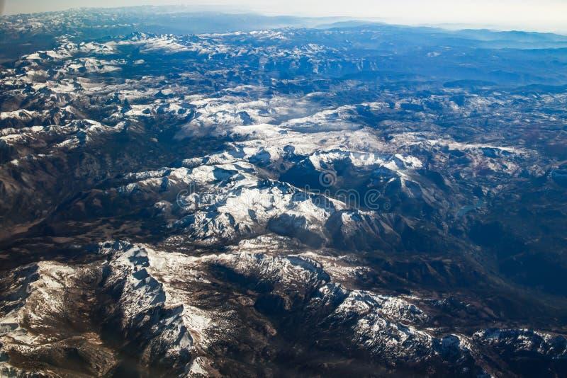 Kalifornien-Berge bedeckt mit Schneevogelperspektive vom Flugzeug, Kalifornien lizenzfreie stockbilder