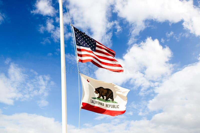 Kalifornien flagga och US-flagga royaltyfri fotografi