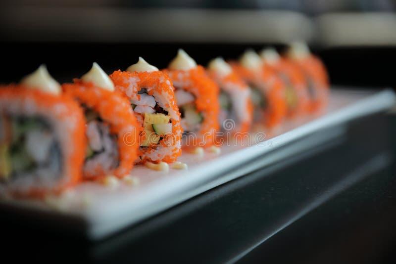 Kalifornien-Rollensushi, Reisrolle mit Eiavocadoei und japanische Nahrung fischen stockbilder