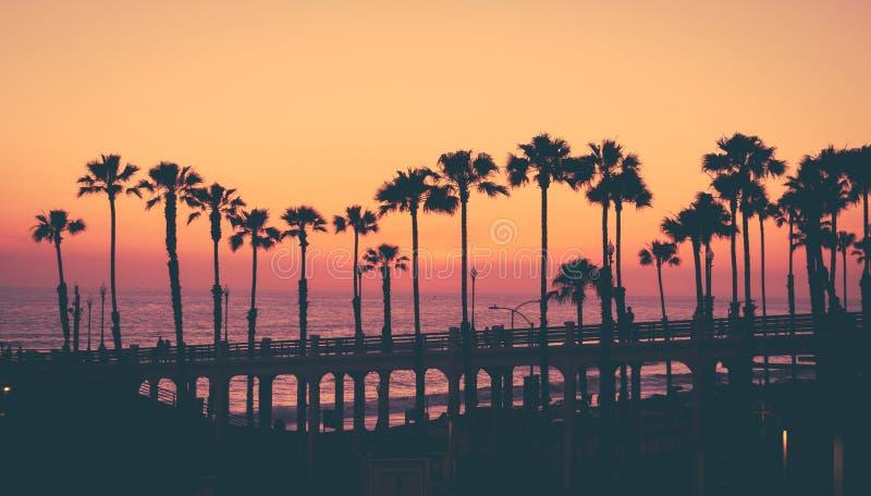 Kalifornien-Strandsonnenuntergang lizenzfreie stockfotos