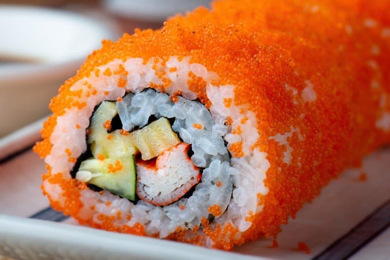 Kalifornien-Sushi rollen den Ausschnitt, der in der Nahrung der japanischen Art servierfertig ist stockbilder