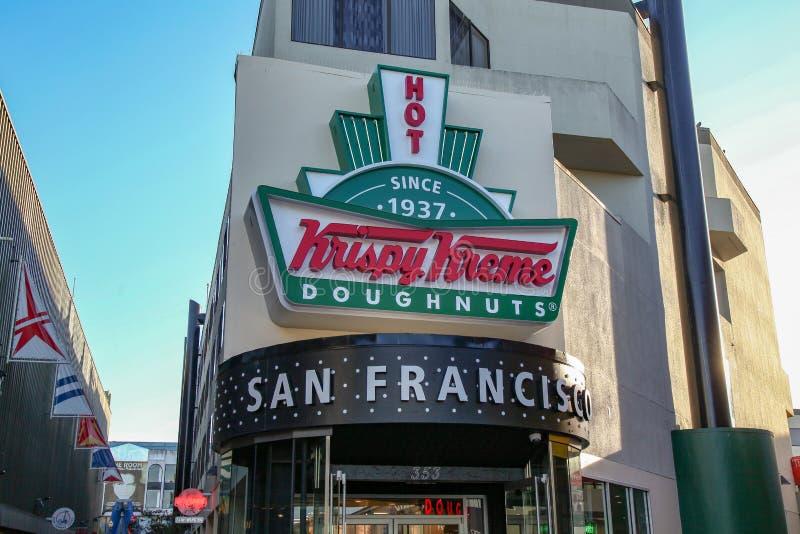 KALIFORNIEN USA: December 12,2018: Det Krispy Kreme lagret i San Francisco California ?ppnade efter 1937 n?ra stranden royaltyfria bilder