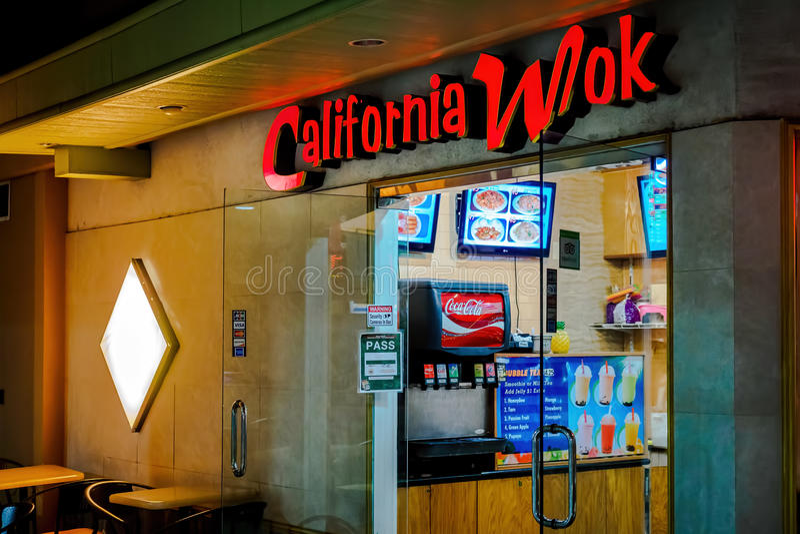 Kalifornien-Wok in der Ala Moana-Mitte - Nachtansicht stockbild