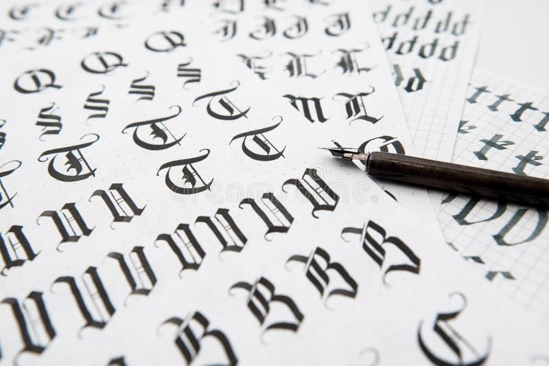Kaligrafia w gotyka stylu stara chrzcielnicy tekstura obrazy royalty free