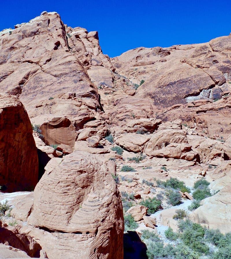 Kalikåkullar som är röda vaggar naturvårdsområde, sydliga Nevada, USA arkivbild