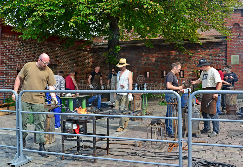 Kaliningrad, Ρωσία Εργασία Smiths για το Mueum των ambers στοκ εικόνες