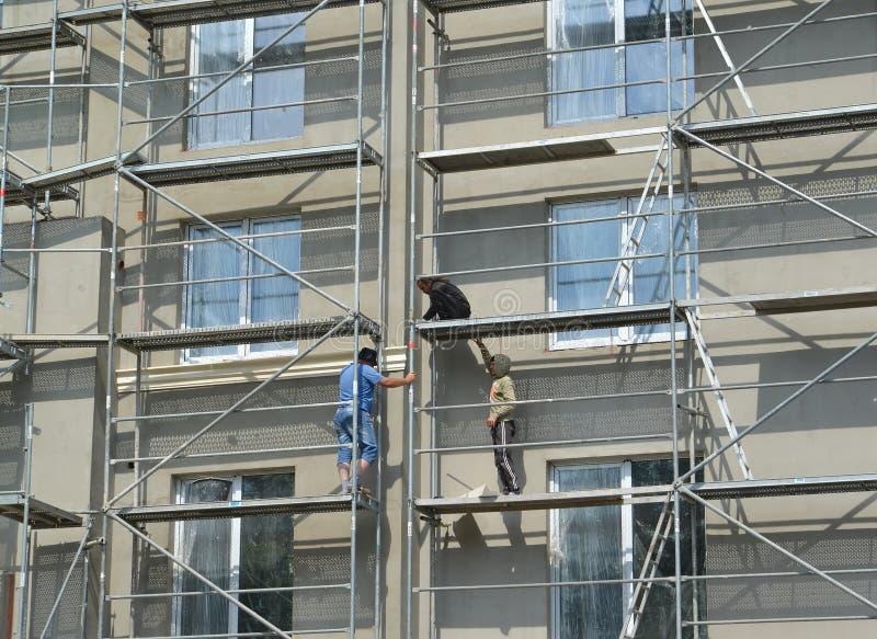 KALININGRAD, ΡΩΣΙΑ Οι εργαζόμενοι στα ξύλα κατασκευής του α το σπίτι στοκ εικόνα με δικαίωμα ελεύθερης χρήσης