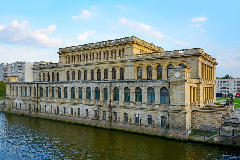 Kaliningrad, de bouw van de vroegere Beurs op de bedelaars stock afbeelding