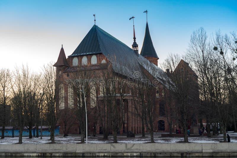 Kaliningrad/de centrale kathedraal van Konigsberg in de zonsondergang stock afbeelding