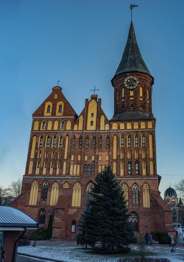 Kaliningrad/de centrale kathedraal van Konigsberg in de zonsondergang stock foto's