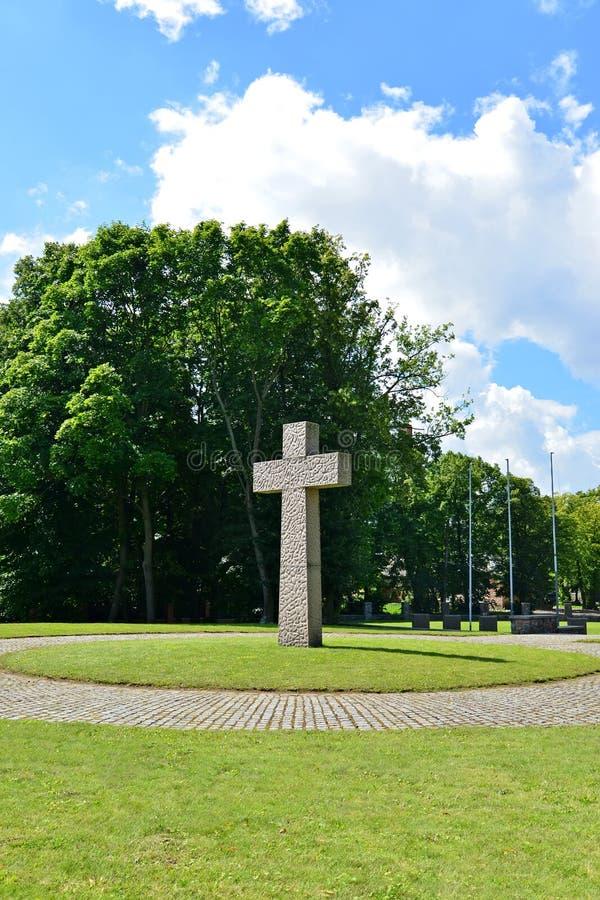 Kaliningrad Denkwürdiges Kreuz auf dem internationalen Erinnerungs-cemet stockfoto