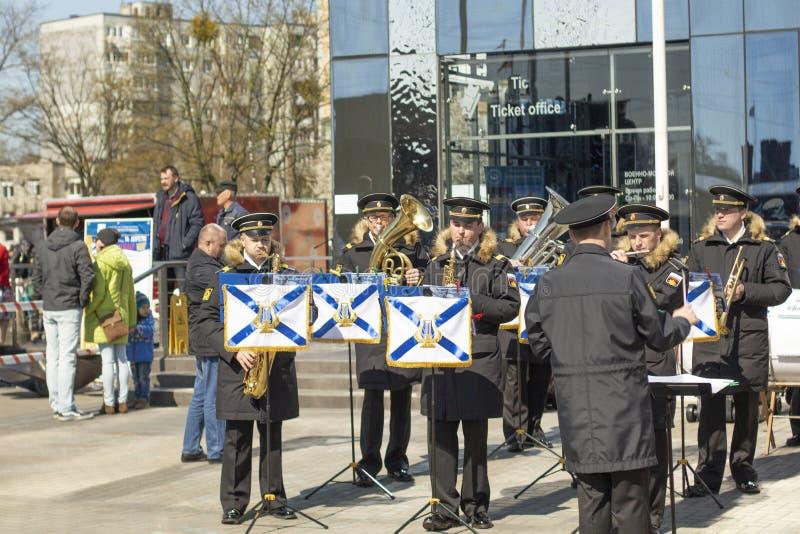 Kaliningrad 2019 la banda militare esegue la musica per i bambini fotografia stock