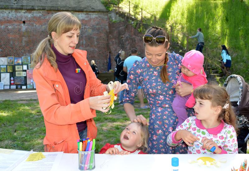 Kaliningrad, Rússia As mostras do professor ao applique do volume das crianças Classe do mestre do ` s das crianças no ar livre imagens de stock