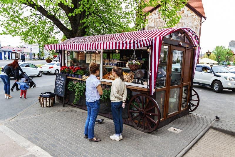 Kaliningrad Rússia 05 01 Café 2019 exterior pequeno de A sob o céu aberto imagens de stock