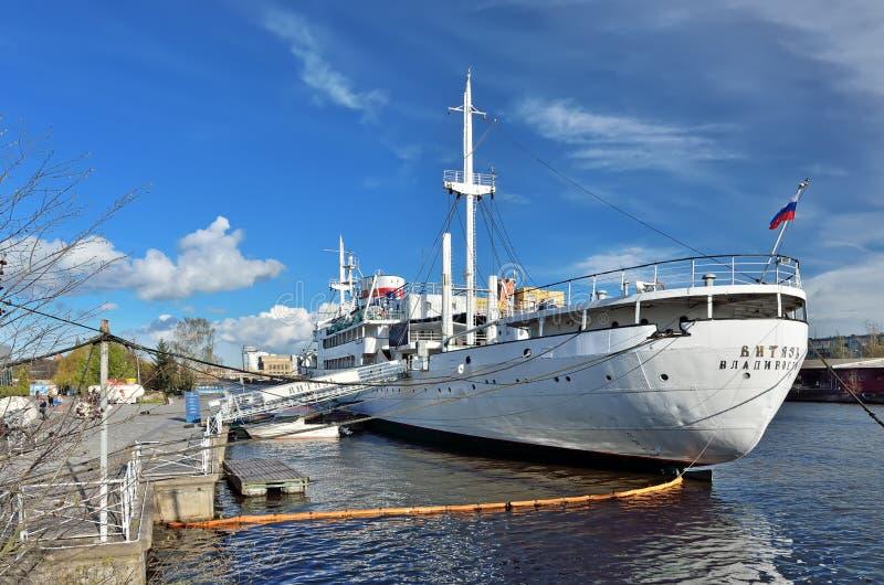 KALININGRAD, RÚSSIA - 23 DE ABRIL DE 2017: a embarcação de pesquisa Vityaz está ainda no museu da doca do oceano do mundo imagens de stock royalty free