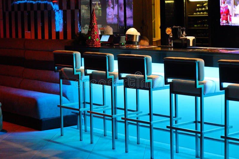 Kaliningrad, Rússia - 28 de dezembro de 2018: Cadeiras da barra no restaurante da cidade imagem de stock