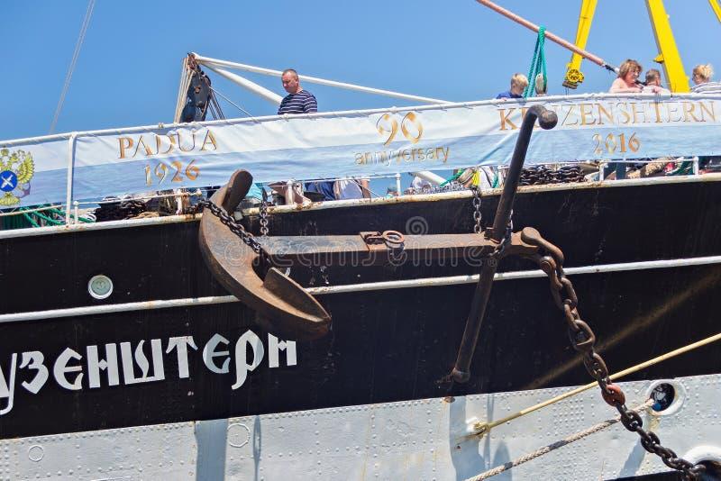 KALININGRAD, RÚSSIA - 19 DE JUNHO DE 2016: A âncora do brique Kruzenshtern Pádua prévia amarrou no cais do porto marítimo de Kali imagens de stock royalty free
