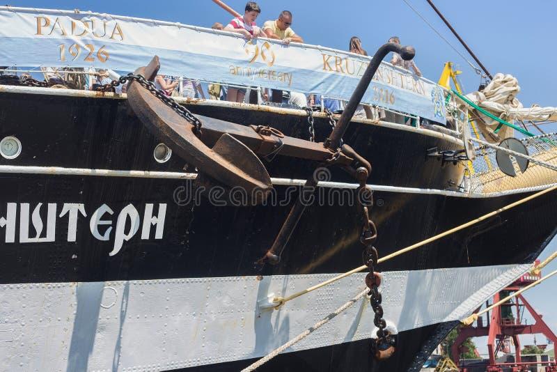 KALININGRAD, RÚSSIA - 19 DE JUNHO DE 2016: Detalhes do brique histórico Kruzenshtern Pádua prévia no porto marítimo de Kaliningra imagens de stock royalty free