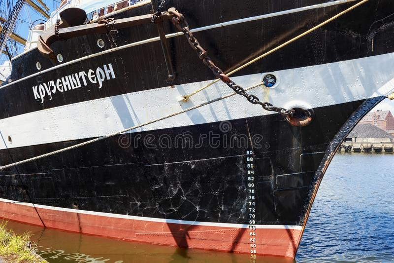 KALININGRAD, RÚSSIA - 19 DE JUNHO DE 2016: Os detalhes do brique histórico Kruzenshtern amarraram no cais do porto marítimo de Ka imagens de stock