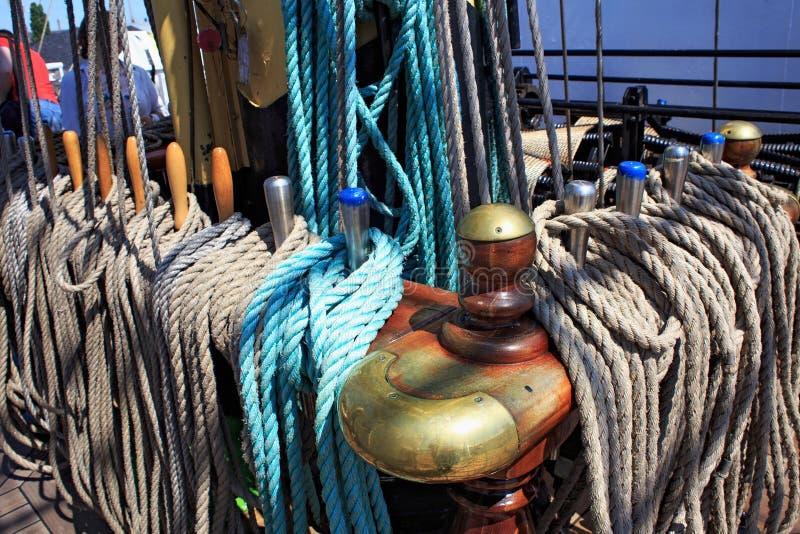 KALININGRAD, RÚSSIA - 19 DE JUNHO DE 2016: Pinos de segurança de aço no brique Kruzenshtern Pádua no porto marítimo de Kaliningra imagem de stock royalty free