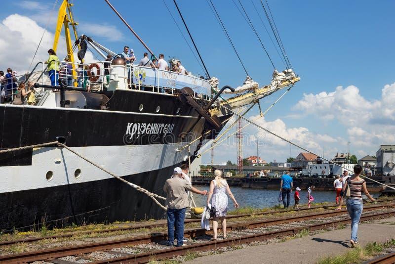 KALININGRAD, RÚSSIA - 19 DE JUNHO DE 2016: A vista do brique histórico Kruzenshtern Pádua prévia no porto marítimo de Kaliningrad imagens de stock