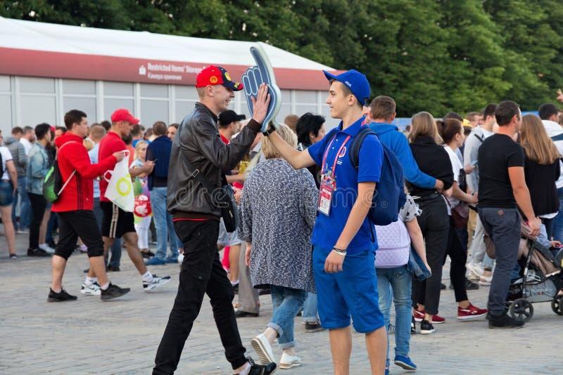 KALININGRAD, RÚSSIA - 16 DE JUNHO DE 2018: Voluntários novos na zona do Fest do fã de Kaliningrad FIFA fotografia de stock royalty free