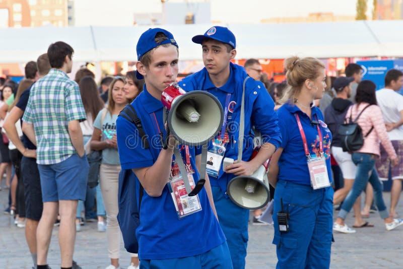 KALININGRAD, RÚSSIA - 16 DE JUNHO DE 2018: Voluntários novos na zona do Fest do fã de Kaliningrad FIFA imagens de stock