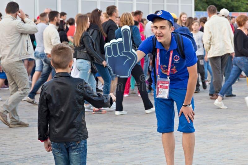 KALININGRAD, RÚSSIA - 16 DE JUNHO DE 2018: Voluntários novos na zona do Fest do fã de Kaliningrad FIFA imagens de stock royalty free