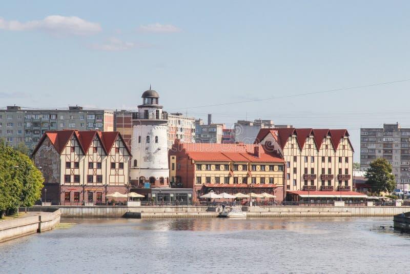 Kaliningrad, RÚSSIA - 14 de setembro de 2015: aldeia piscatória - casas no estilo prussiano nos bancos do rio de Pregoli imagens de stock