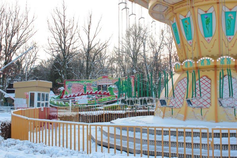 Kaliningrad, Rússia - em janeiro de 2019: Parque de diversões vazio no dia de inverno imagem de stock
