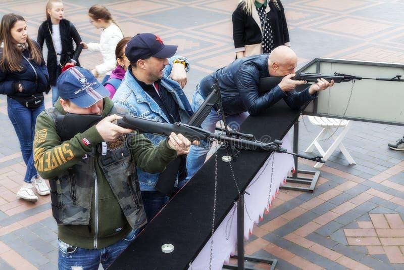 Kaliningrad Rússia 05 01 2019 homens no tiro da escala de tiro dos rifles de ar imagem de stock royalty free