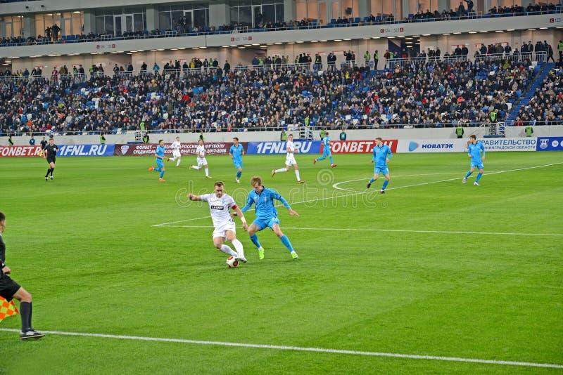 Kaliningrad, Rússia Luta dos jogadores de futebol para r uma bola Um fósforo do Baltika teams - Krylja Sovetov Estádio Báltico da foto de stock