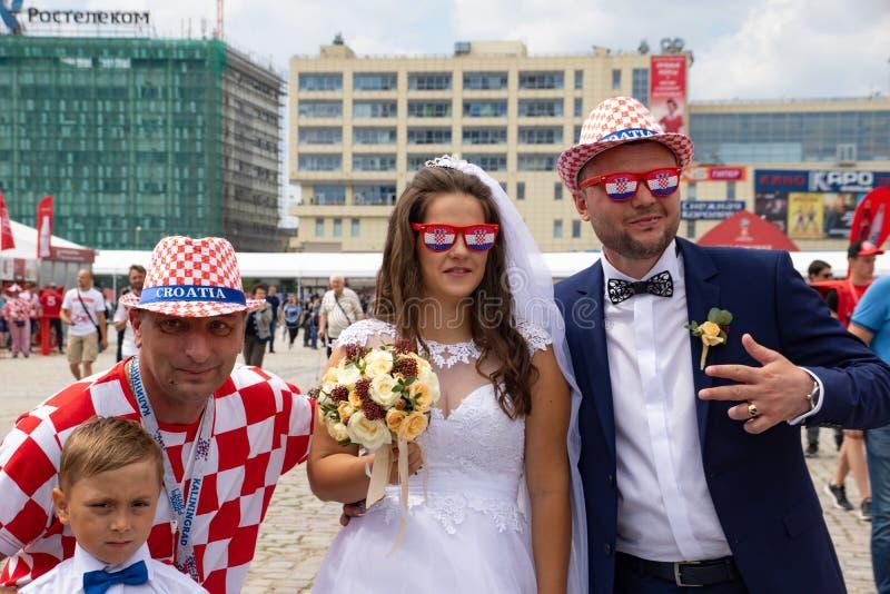 Kaliningrad, Rússia, o 16 de junho de 2018 Os fãs croatas decorados e elegantes estão preparando-se para o fósforo de futebol de  imagem de stock