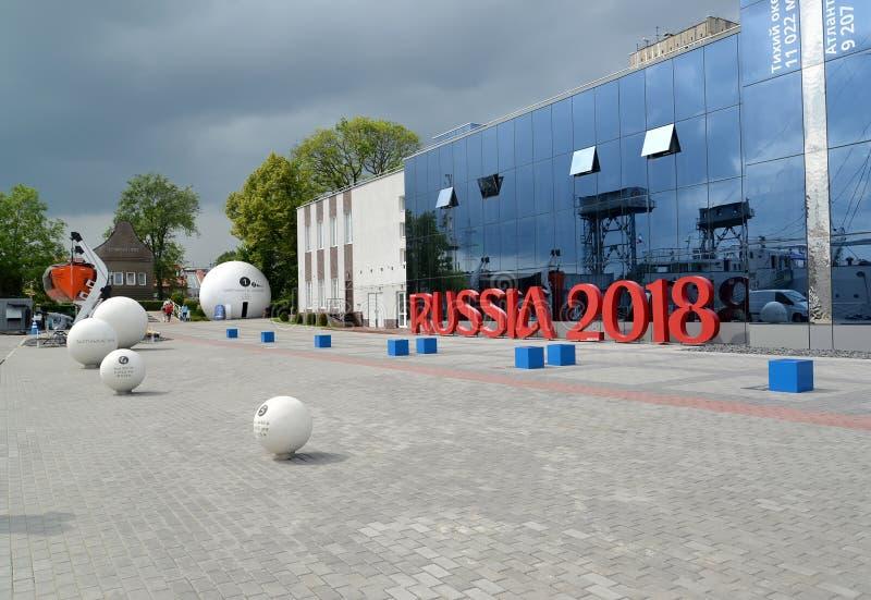 Kaliningrad, Rússia O território do museu do oceano do mundo com a instalação da inscrição RÚSSIA 2018 fotos de stock royalty free