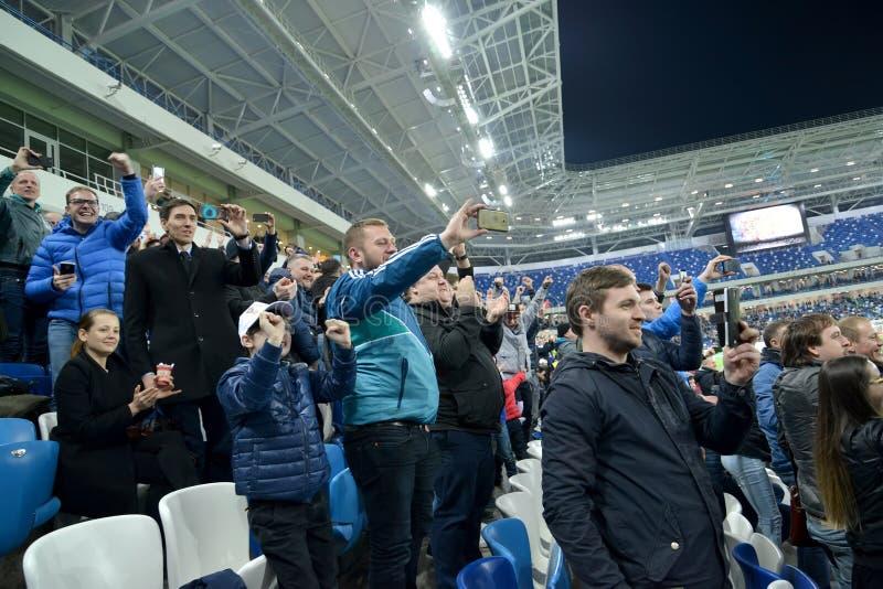 Kaliningrad, Rússia Os fãs fotografam um fósforo de futebol em smartphones Estádio Báltico da arena fotos de stock