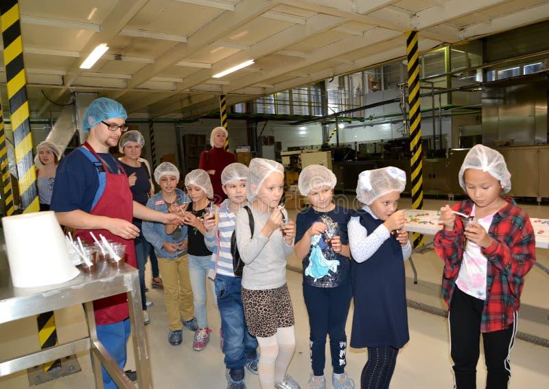 KALININGRAD, RÚSSIA Sabor de massa de chocolate na produção Visita infantil à fábrica de chocolate Belgostar fotos de stock