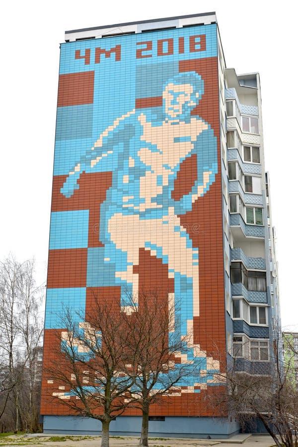 Kaliningrad, Rússia Um painel do mosaico da parede com a imagem do jogador de futebol e da inscrição ЧМ de 2018 fotografia de stock