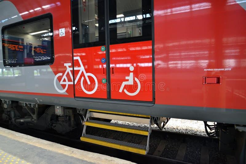 Kaliningrad, Rússia Uma entrada ao carro de trem bonde para deficientes motores e passageiros com bicicletas imagem de stock