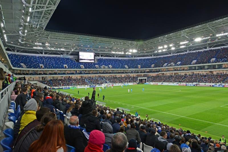 Kaliningrad, Rússia Uma tribuna com fãs em uma harmonia de futebol entre o Baltika teams - Krylja Sovetov Estádio Báltico da aren fotografia de stock royalty free