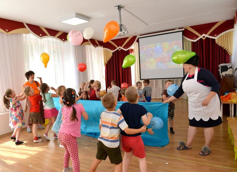 Kaliningrad, Rosja Dzieci rzucają balony podczas wakacje w dziecinu fotografia stock