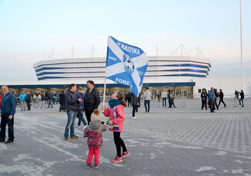 Kaliningrad, Rosja Dziewczyna z flaga futbolu klub Baltika przeciw tłu Bałtycki areny stadium obraz royalty free