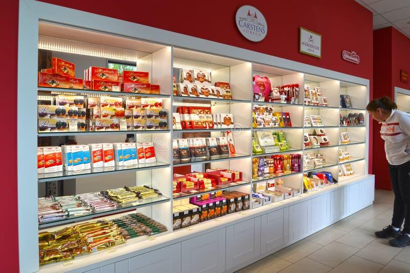 Kaliningrad, Rosja Kobieta wybiera cukierki w ciasteczko sklepie «marcepanów stróżówka zdjęcia stock