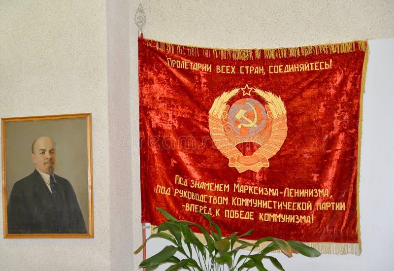 KALININGRAD ROSJA, LISTOPAD, - 10, 2013: Symbole Radziecka era - V Ja Lenin czerwony sztandar i portret obraz royalty free