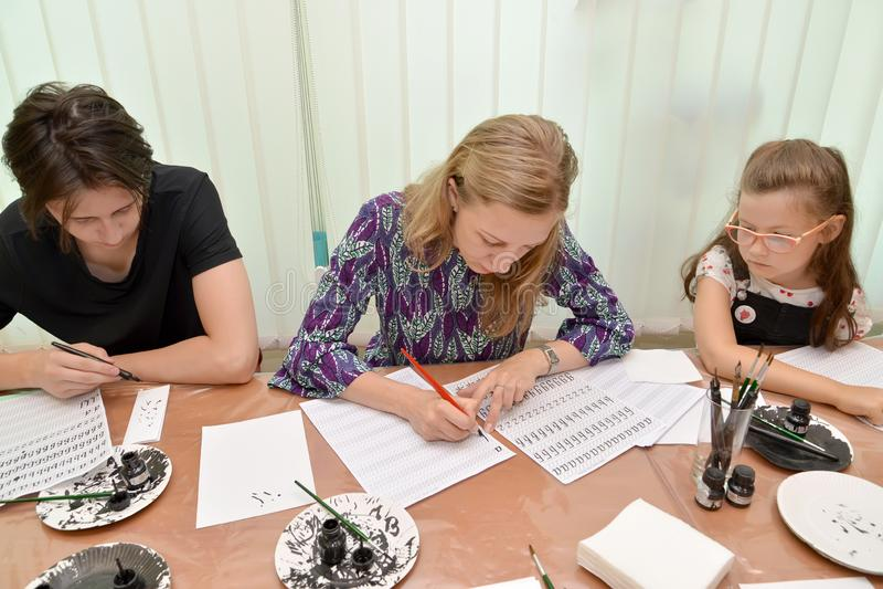 Kaliningrad, Rosja Nauczyciel pokazuje pisać listu calligraphical handwriting Zajęcie w dzieciach pracownianych zdjęcie royalty free