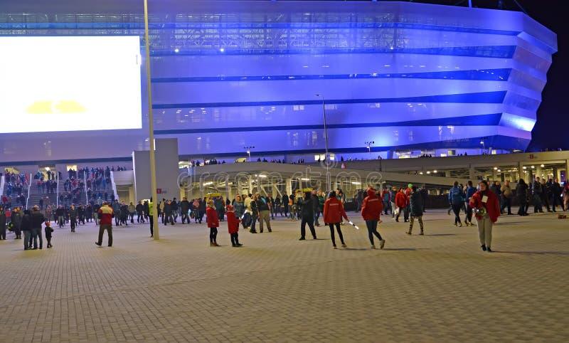Kaliningrad, Rosja Wolontariuszi o olśniewającego Bałtyckiego areny stadium opóźnionym wieczór i widownia obrazy royalty free