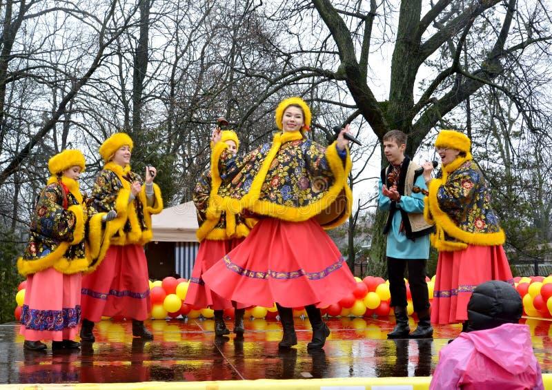 Kaliningrad, Rusland De actoren van ensemble van de de jeugd het Russische nationale folklore handelen op Maslenitsa-vakantie royalty-vrije stock foto