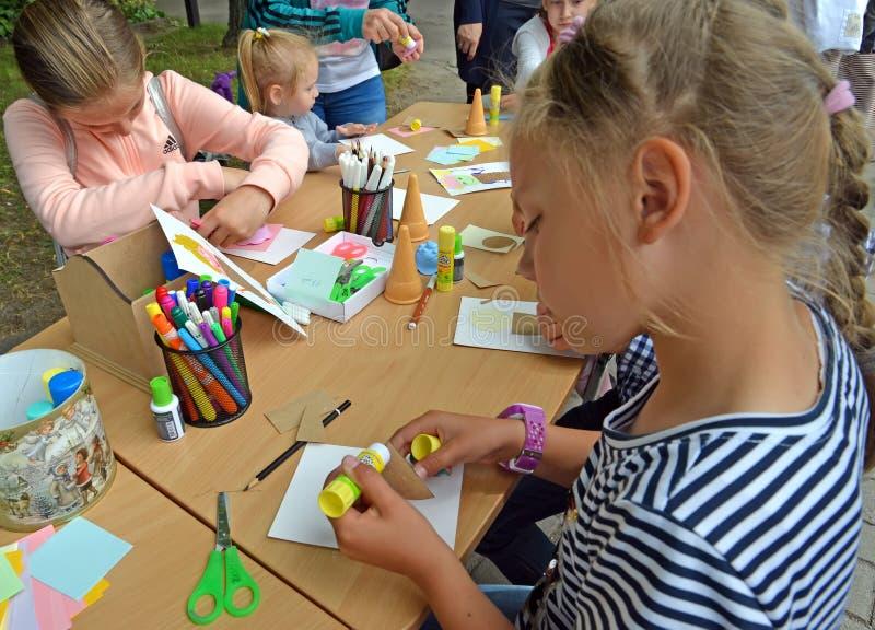 Kaliningrad, Rusland De kinderen applique van kleurendocument Kinderen` s hoofdklasse in openlucht royalty-vrije stock afbeeldingen