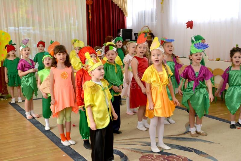 Kaliningrad, Rusland De kinderen zingen het lied op ochtendprestaties op het sprookje Chipollino in kleuterschool worden gebaseer stock afbeelding