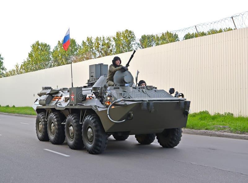 Kaliningrad, Rusland Het gepantserde personeel drager-82A btr-82A van marine gaat naar een paraderepetitie ter ere van Victory Da stock fotografie