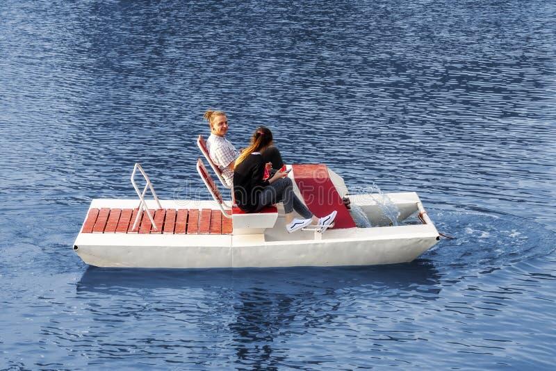 Kaliningrad Rusland 05 01 2019 Jong paar die een catamaran berijden stock foto's
